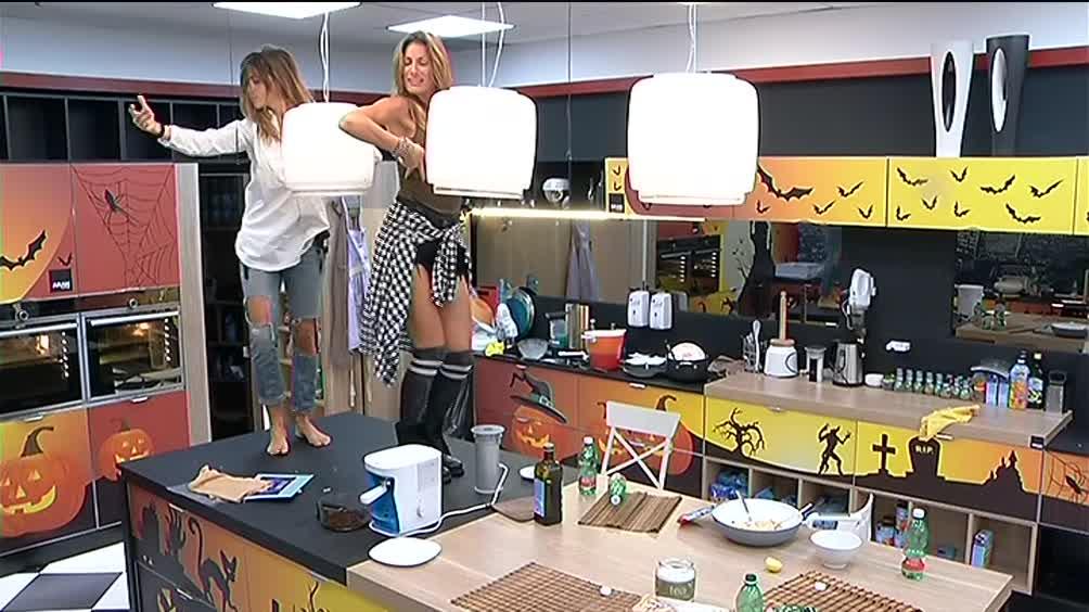 Video grande fratello barbara e valentina ballano sul for Tavolo grande fratello