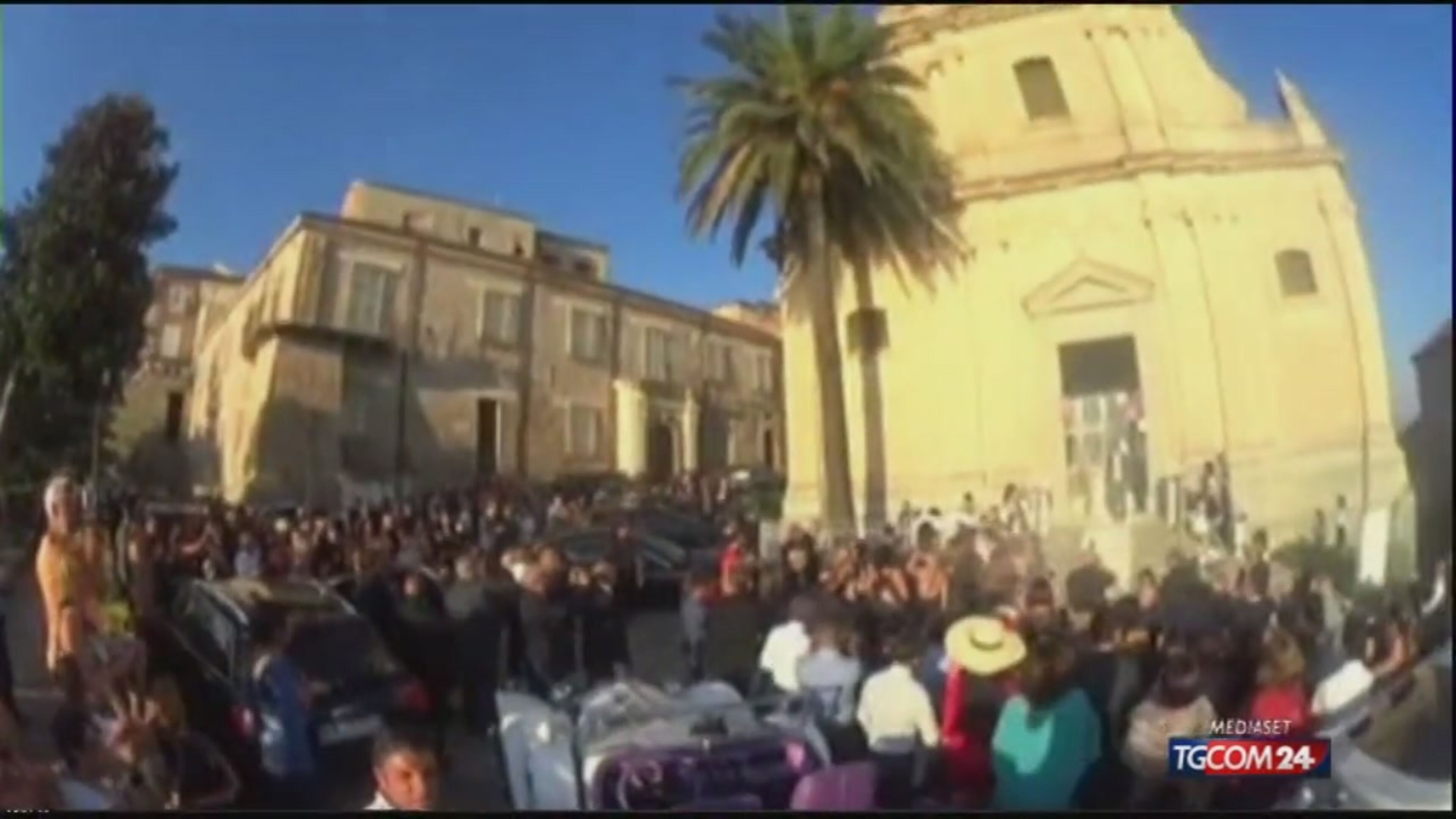 Elicottero Mediaset : Video tgcom elicottero in piazza per le nozze a