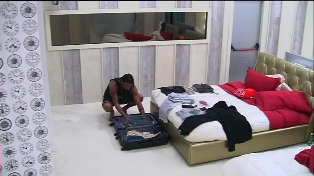 Video grande fratello vip costantino e la valigia sul - Fratello e sorella a letto insieme ...