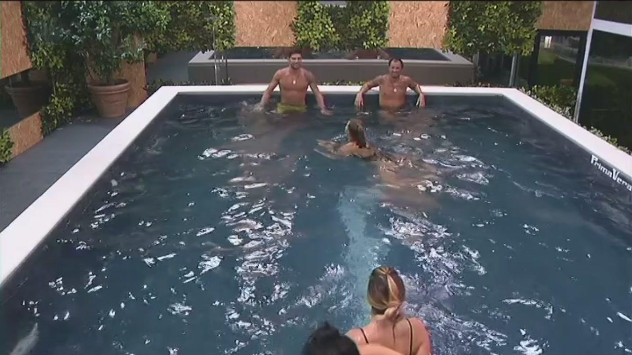 Video grande fratello vip il bagno notturno clip - Grande fratello bagno ...