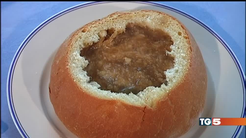 Zuppa di cipolle servita in una pagnotta