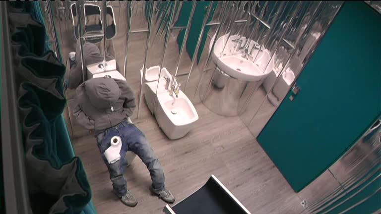 Video Grande Fratello: Il fantoccio aspetta in bagno! - DALLA CASA ...